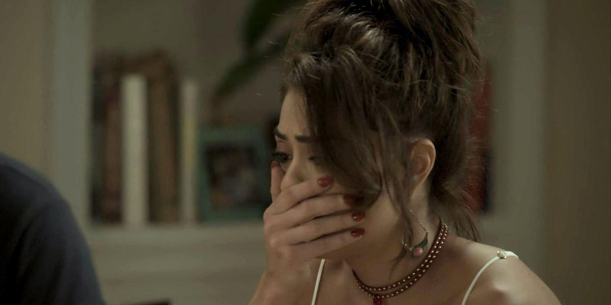 Bibi em cena da novela A Força do Querer com a mão na boca