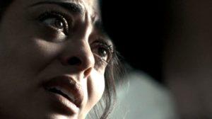 Imagem tem em foco no rosto de Bibi que tem expressão de aflição na novela A Força do Querer