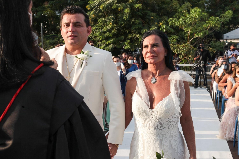 Gretchen e o noivo Esdras de Souza, na cerimônia de casamento - Foto divulgação