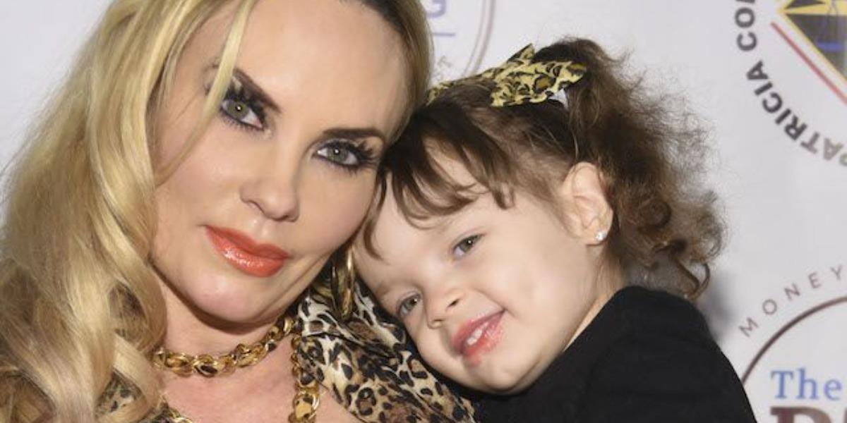 Atriz beija filha de apenas 4 anos e é detonada (Foto: Reprodução)