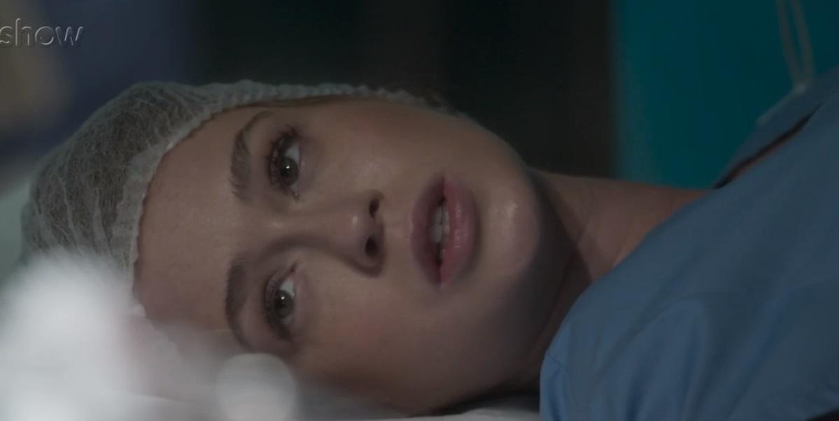 Eliza de Totalmente Demais está deitada na mesa de cirurgia Totalmente Demais