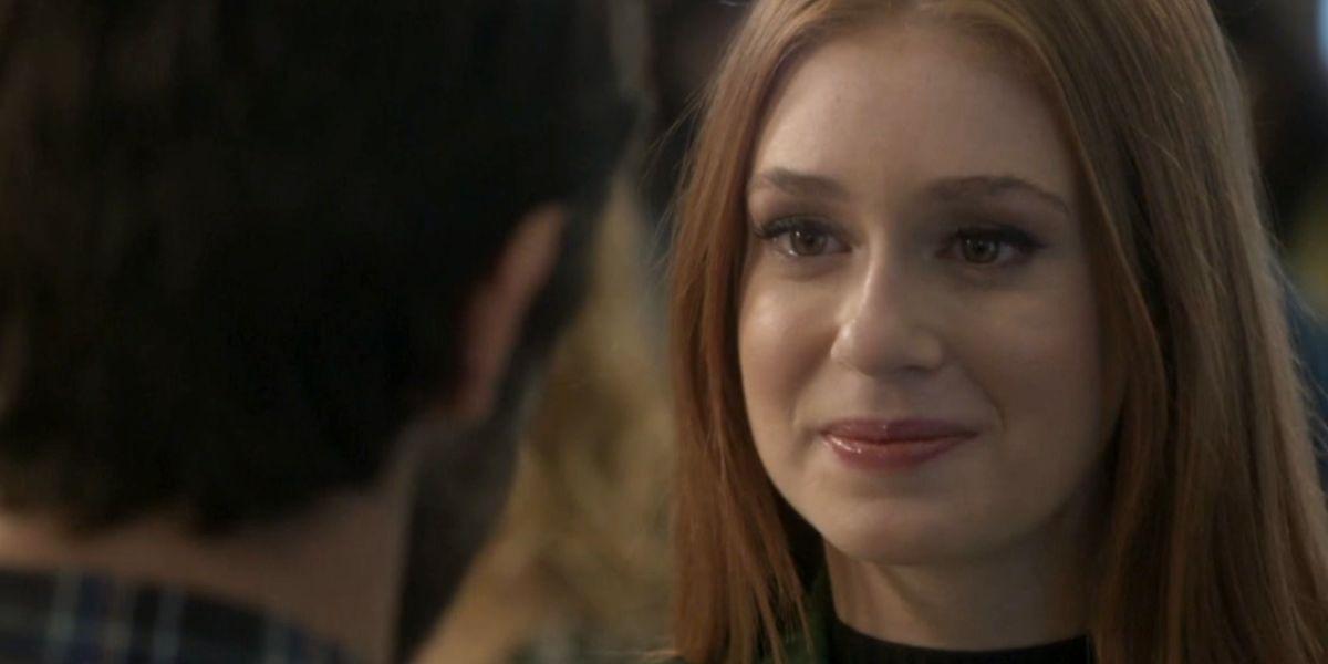 Eliza de Totalmente Demais sorri para Jonatas que está de frente para ela