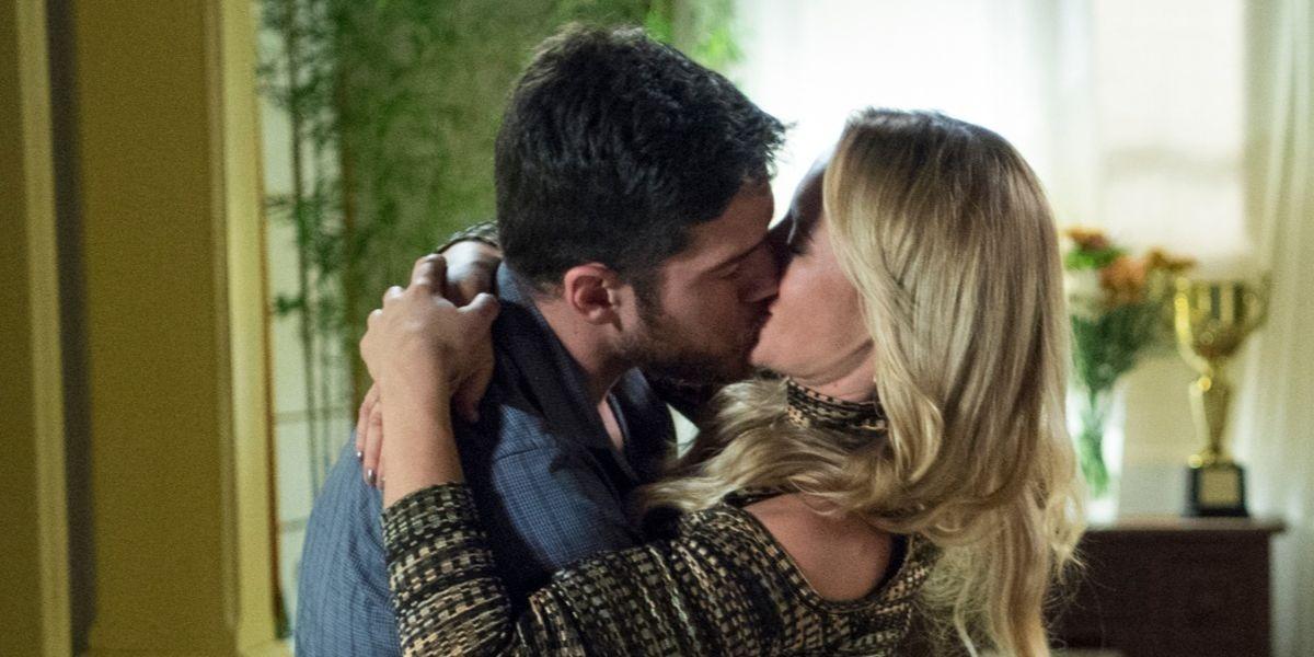 Jeiza e Zeca se beijam em cena de A Força do Querer