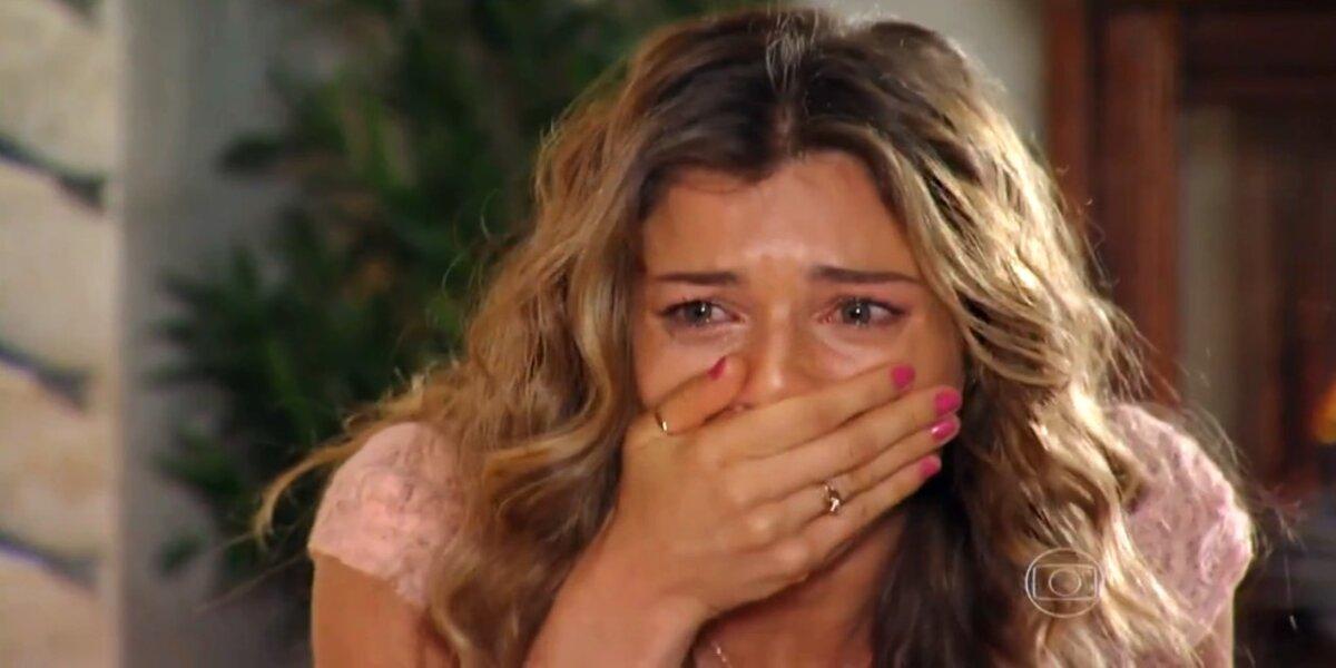 Mocinha de Flor do Caribe, Ester está com a mão na boca e chorando