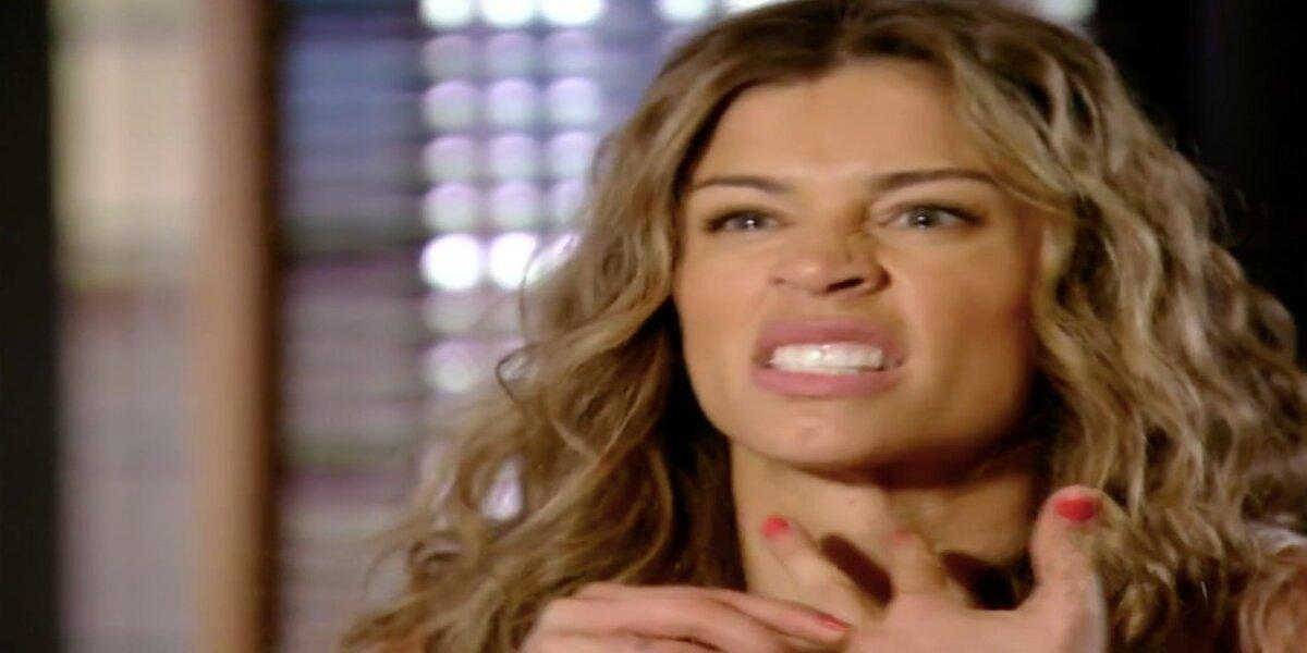 Ester em cena da novela Flor do Caribe arranca anel com expressão de ódio