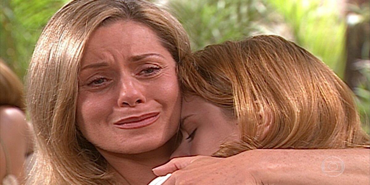 Helena chora com Camila em seus braços na novela Laços de Família