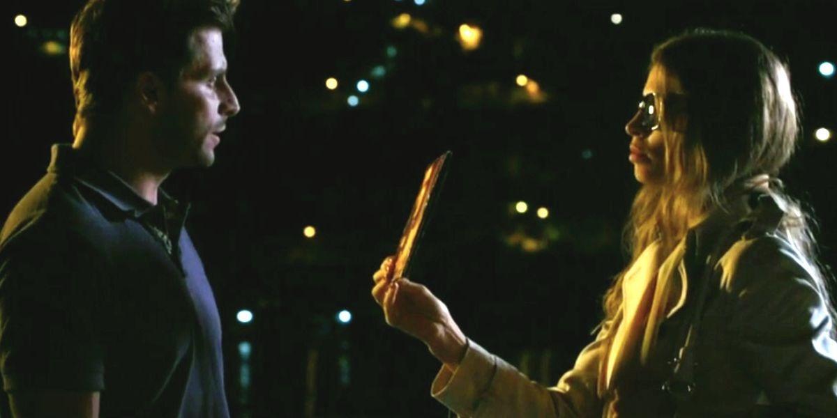 Em cena noturna da novela Flor do Caribe, Ester e Cassiano estão um frente a frente do outro