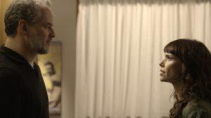 """""""Você não vai mais nem me cumprimentar?"""". Olha o papo sonso de Irene para cima de Eugênio — Foto: TV Globo"""
