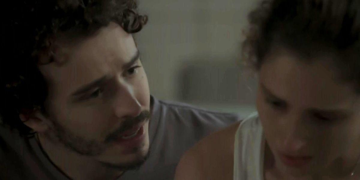 Claudio tenta ser amável com a namorada em cena de A Força do Querer