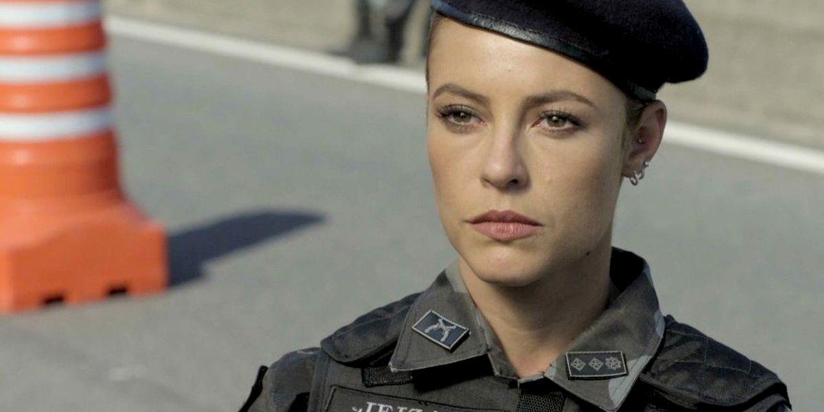 Jeiza fardada como policial na rua em cena de A Força do Querer