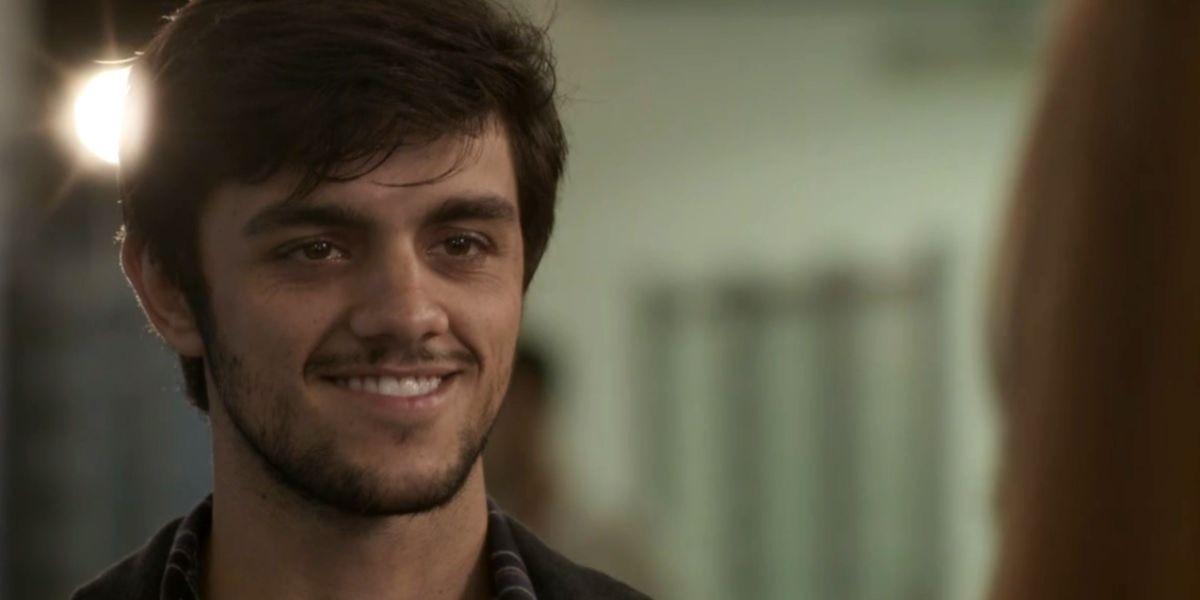 Jonatas sorrindo em cena da novela Totalmente Demais