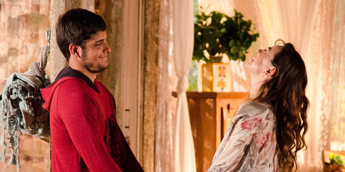 Juliano e Natália namoram escondidos