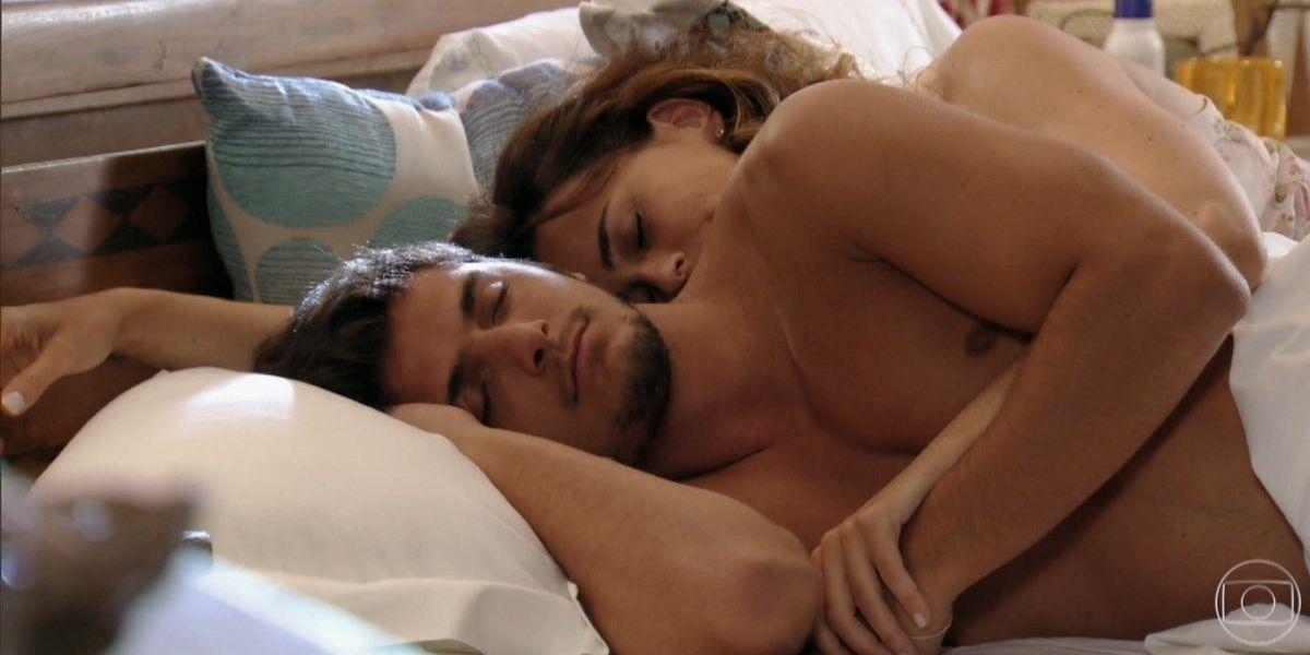 Juliano e Natália na cama na trama de Flor do Caribe