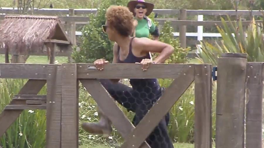 Lidi fugindo do ataque de gansos em A Fazenda 12 (Foto: Reprodução)