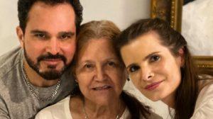 Luciano Camargo ao lado da mãe, Dona Helena, e a esposa, Flávia Fonseca (Foto: reprodução/Instagram)