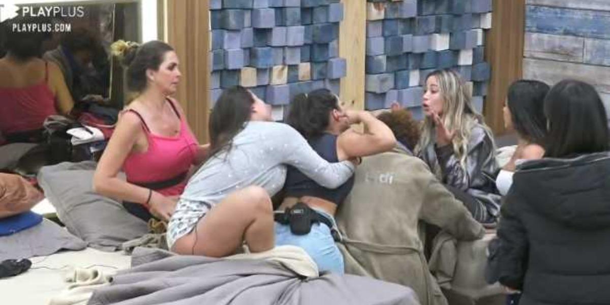 Raissa Barbosa teve que ser controlada pelas colegas de A Fazenda 12 (Foto: Reprodução)