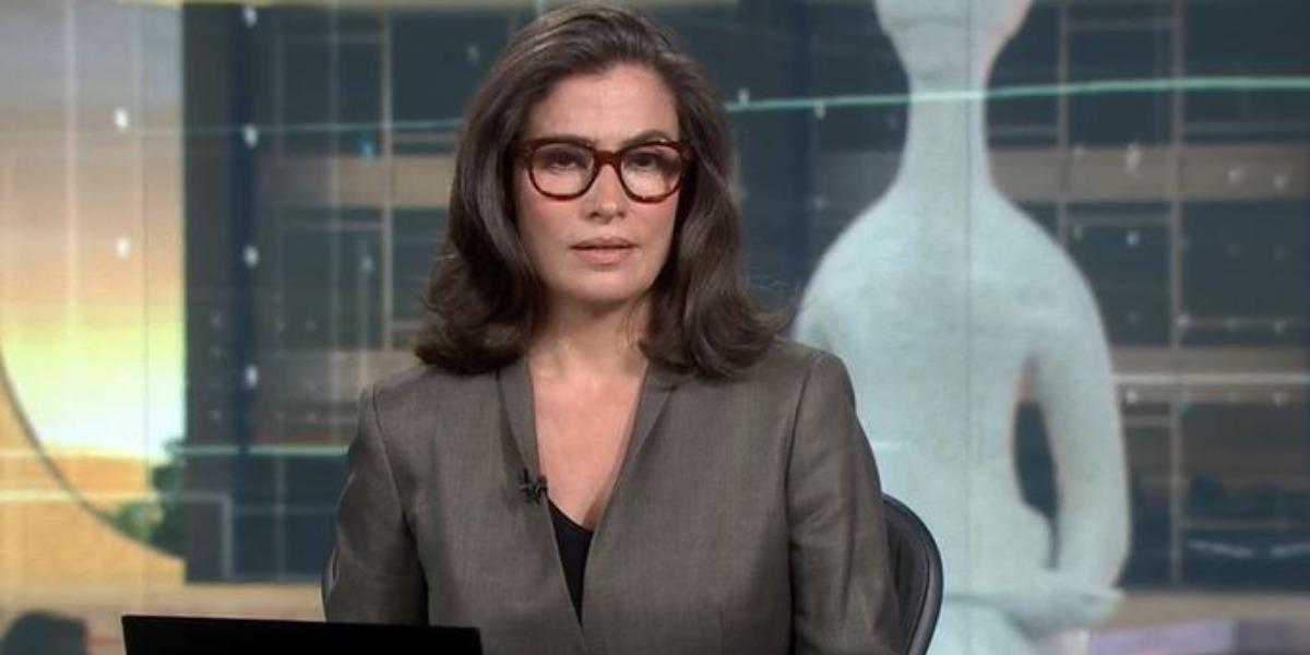 """Renata Vasconcellos na bancada do """"Jornal Nacional"""" (Foto: Reprodução/TV Globo)"""