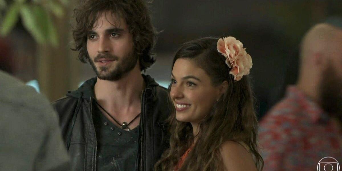 Foto da novela A Força do Querer de Ruy e Ritinha abraçados