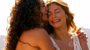 Taís (Débora Nascimento) e Ester (Grazi Massafera) choram por causa do sequestro de Cassiano (Henri Catelli) - 'Flor do Caribe' — Foto: Globo