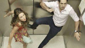 Tancinha e Beto ficam presos no elevador — Foto: TV Globo