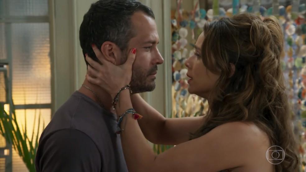 Tancinha (Mariana Ximenes) tenta convencer Apolo (Malvino Salvador) a voltar atrás na decisão de adiar o casamento - Haja Coração — Foto: Globo