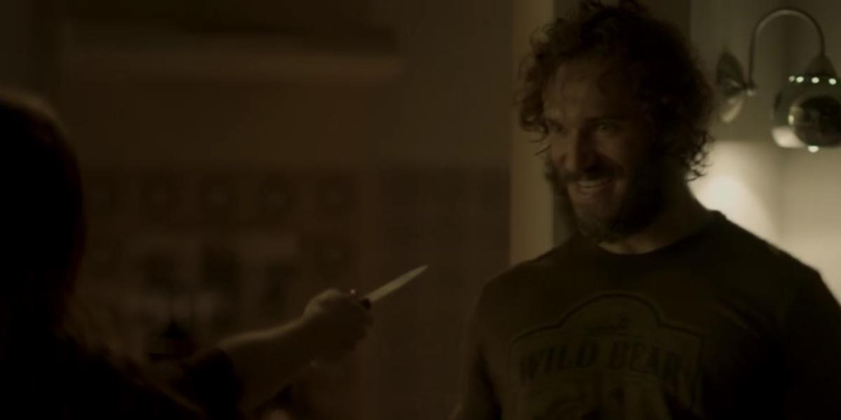 Eliza aponta faca para Dino em Totalmente Demais