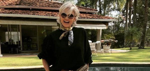 Andréa de Nóbrega posa na fente de sua mansão (Foto: Reprodução/Instagram)