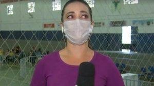Nathália Silva não conseguiu esconder a emoção durante reportagem (Foto: Reprodução)