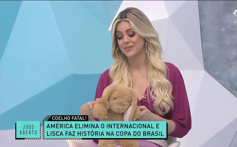 Renata Fan com coelho no Jogo Aberto (Foto: Reprodução)