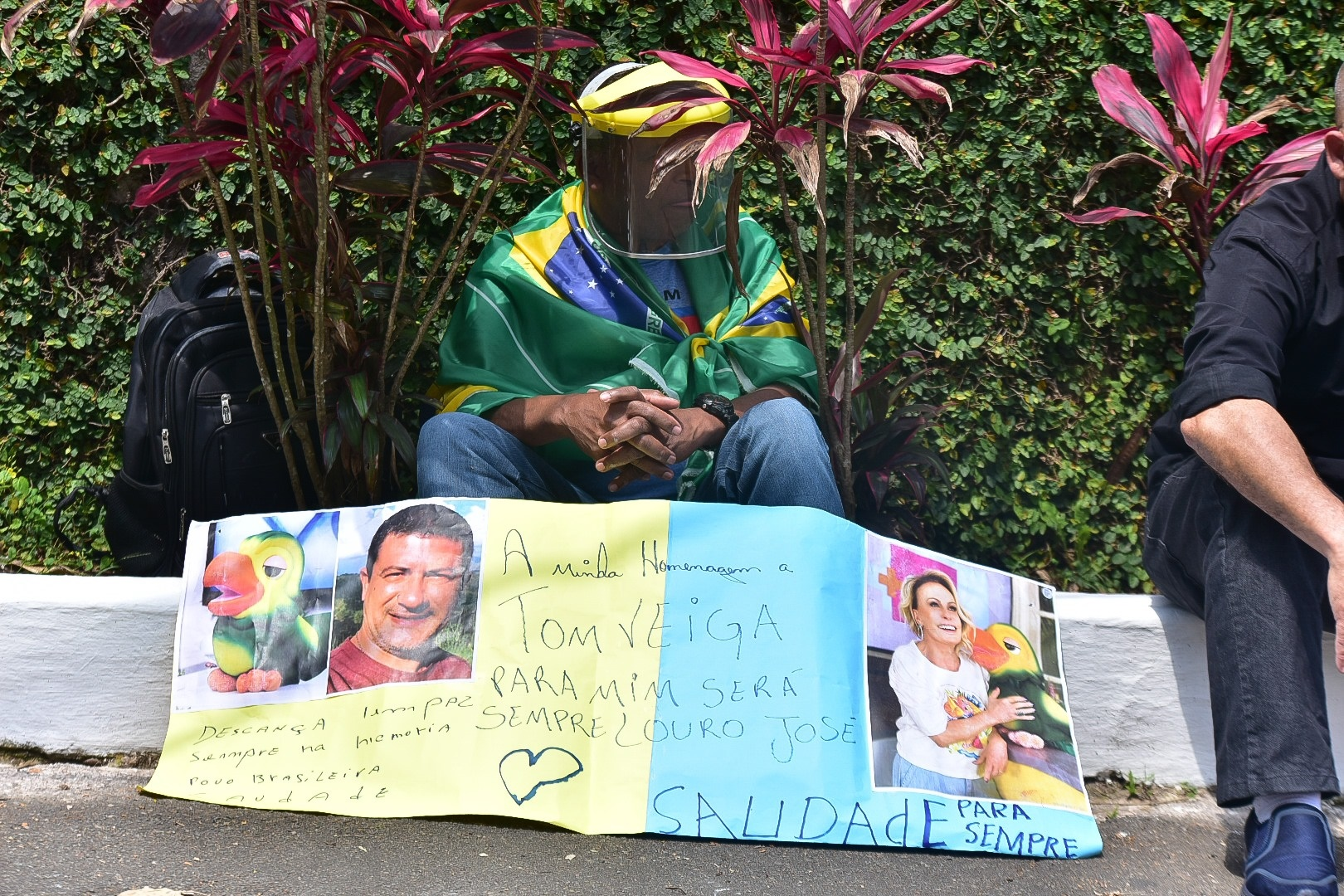 Fã do Louro José (Tom Veiga) na porta do cemitério (Foto: AgNews)