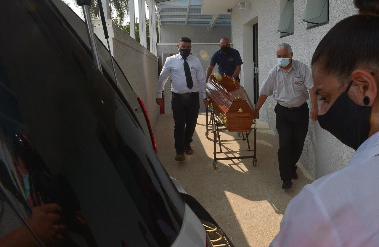 Caixão de Vanusa deixando local do velório (Foto: Reprodução)
