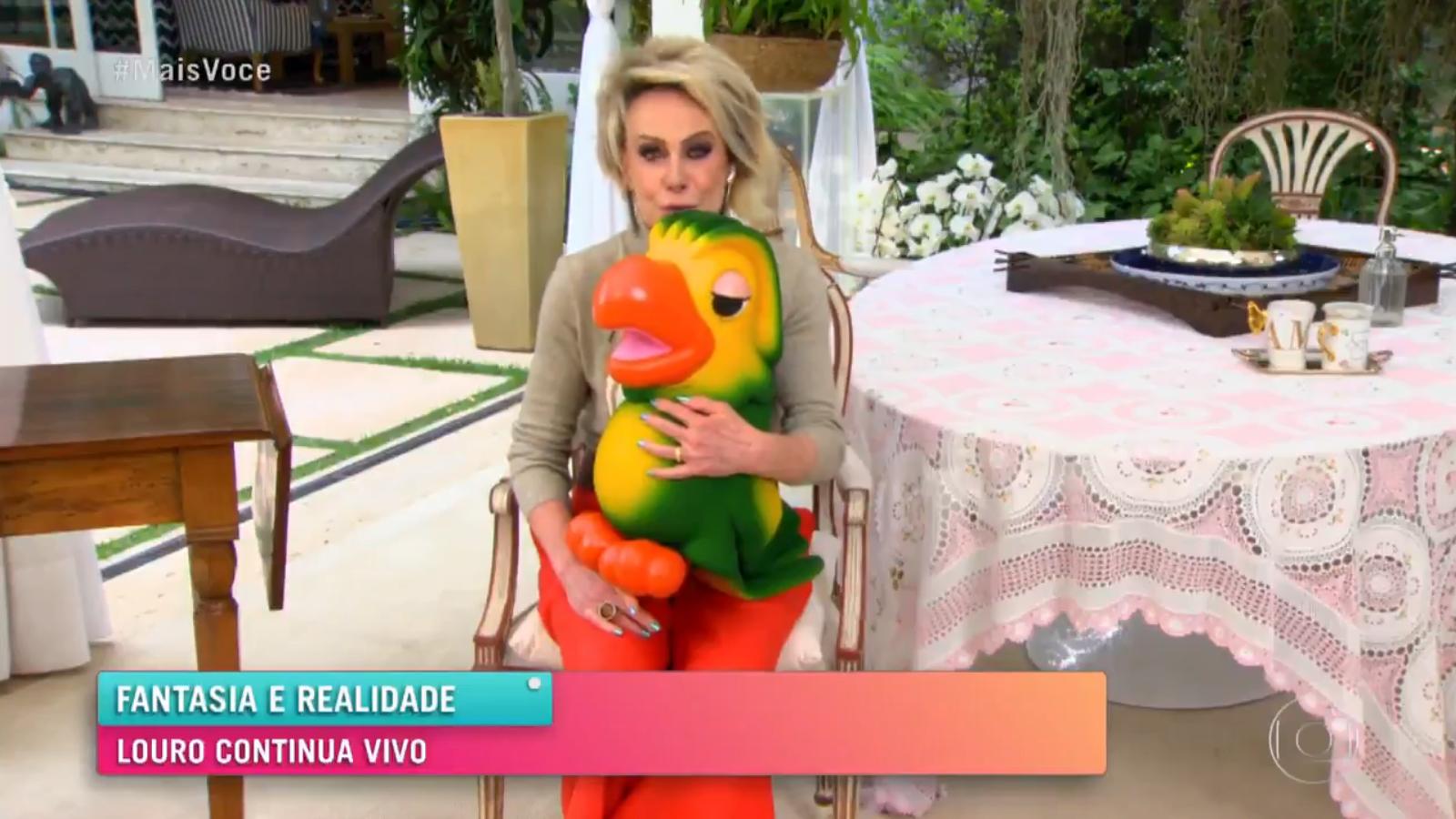 Ana Maria Braga segurando o boneco do Louro José ao vivo na Globo (Foto reprodução)