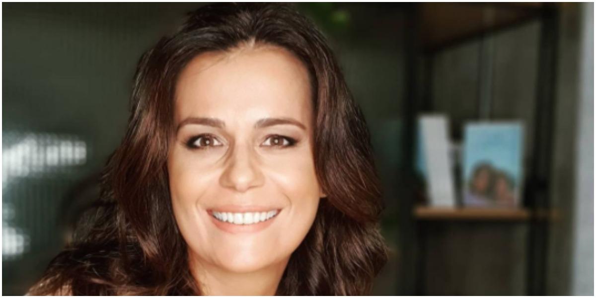 Adriana Araújo usou as redes sociais para comemorar o lançamento do seu livro pela Globo (Foto: Reprodução)