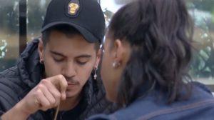 Biel desabafando com Jakelyne Oliveira em A Fazenda 12 (Foto: Reprodução)