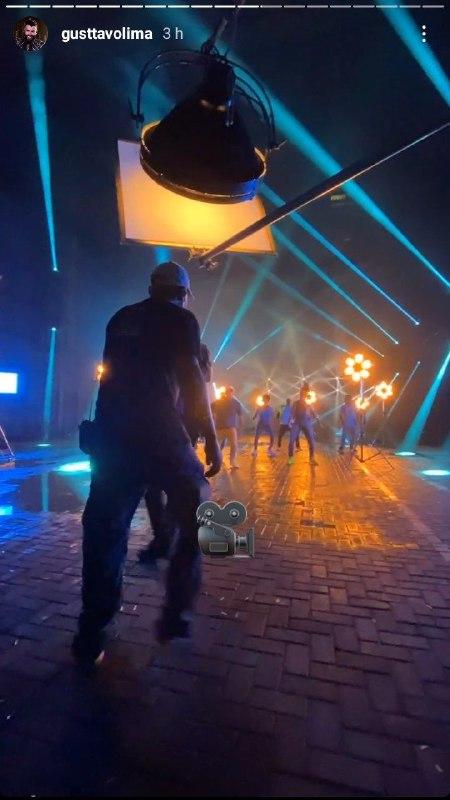 Gusttavo Lima apareceu rodeado de vários bailarinos (Foto: Reprodução/ Instagram)