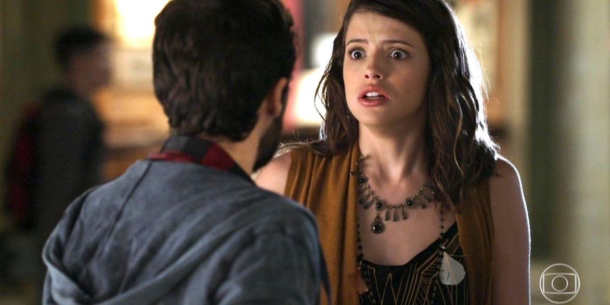 Camila se assusta com Giovanni de costas para imagem e em cena de Haja Coração
