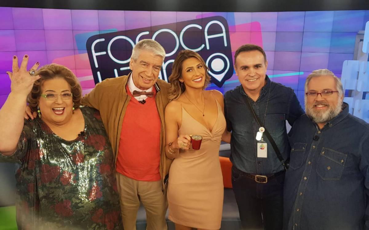 Ex-diretor do Fofocalizando ao lado dos antigos apresentadores do extinto programa do SBT