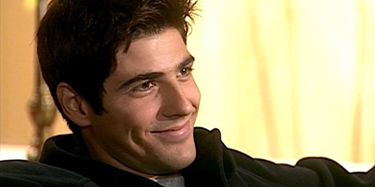 Edu sorrindo em cena da novela Laços de Família