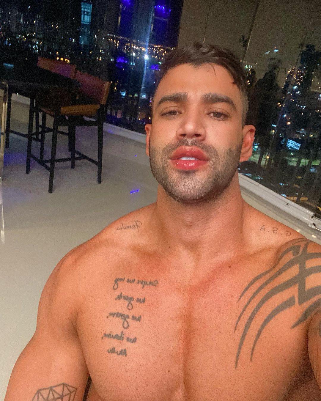 Gusttavo Lima aparece sem roupa nas redes sociais (Reprodução: Instagram)