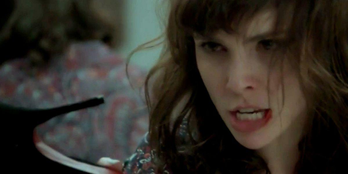 Irene com a boca sangrando aponta salto alto em cena de A Força do Querer