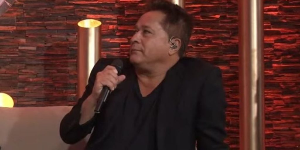 Leonardo prestou sua homenagem ao intérprete de Louro José (Foto: Reprodução/YouTube)