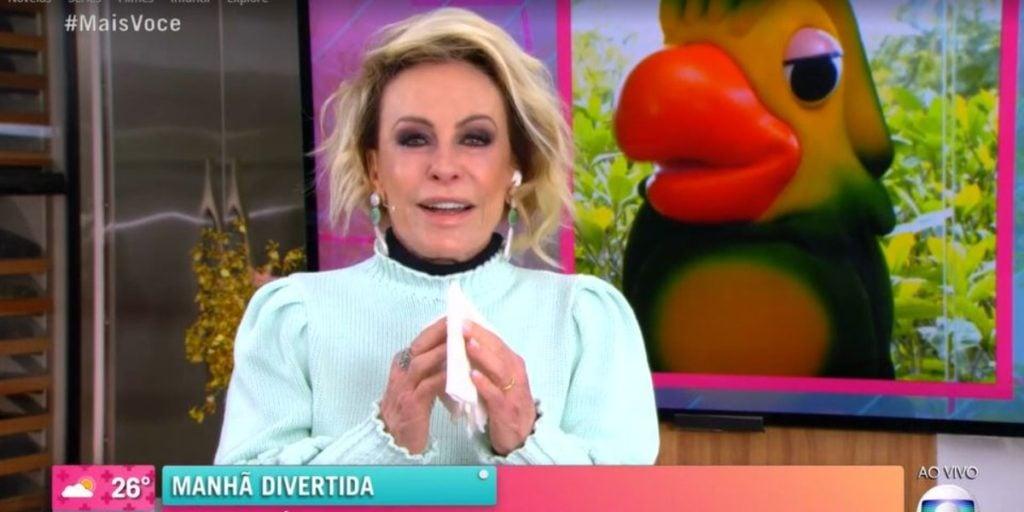 Louro José (Tom Veiga) continua recebendo homenagens (Foto: Reprodução/TV Globo)