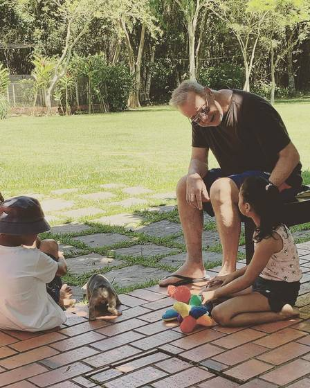 Luiz Fernando Guimarães é flagrado com os filhos adotados em momento único (Foto: Reprodução)