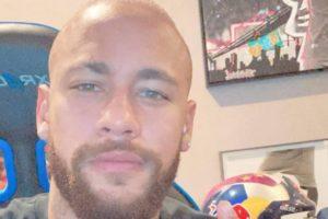 Neymar aproveitou para cair na farra com um grupo de amigos (Foto: Reprodução)