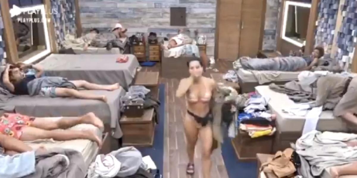 Raissa Barbosa entrando na sede A Fazenda 12 desesperada (Foto: Reprodução)