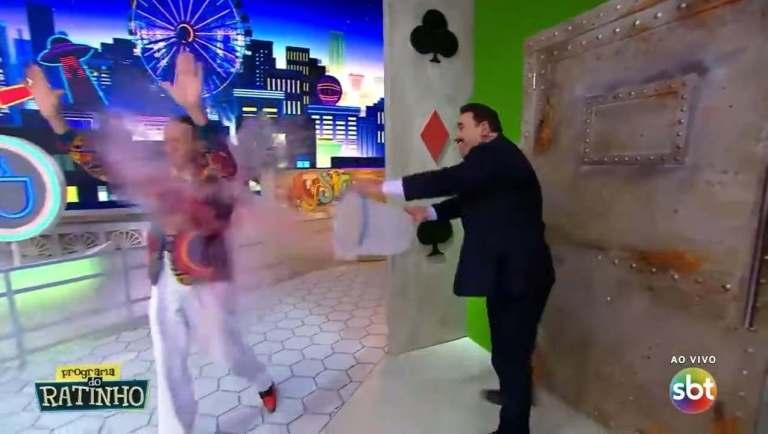 Ratinho joga balde de água em Marquito durante sua volta no programa ao vivo do SBT (Reprodução: TV)