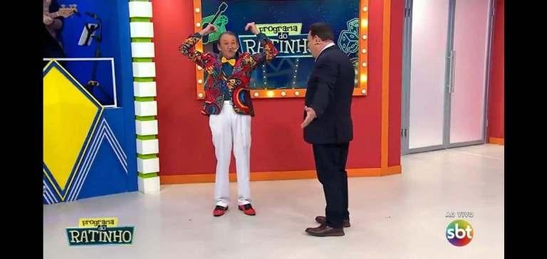Ratinho faz brincadeira que humilha Marquito durante programa ao vivo (Reprodução: TV)
