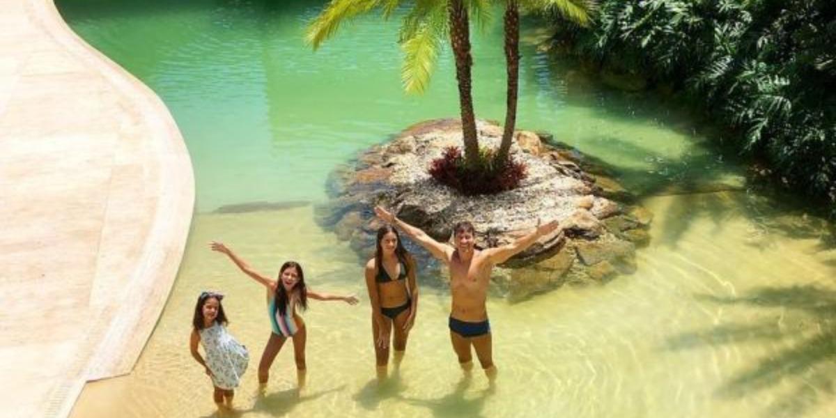 Rodrigo Faro na piscina de sua casa com as filhas (Foto: Reprodução)