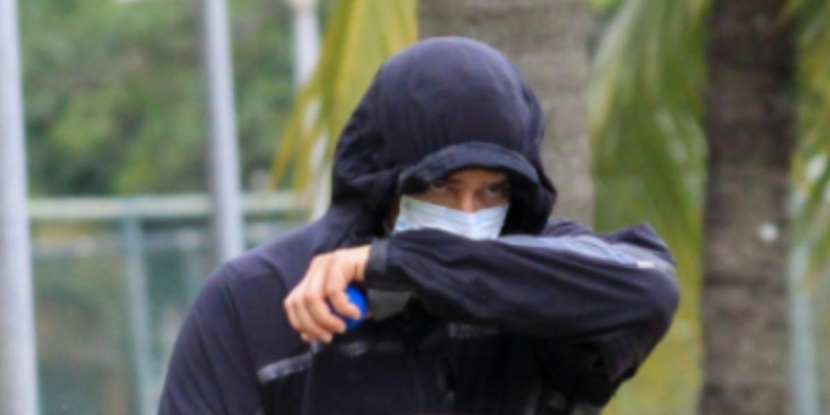 """William Bonner, do """"Jornal Nacional"""", foi flagrado disfarçado pelos paparazzi (Foto: JC Pereira/AgNews)"""