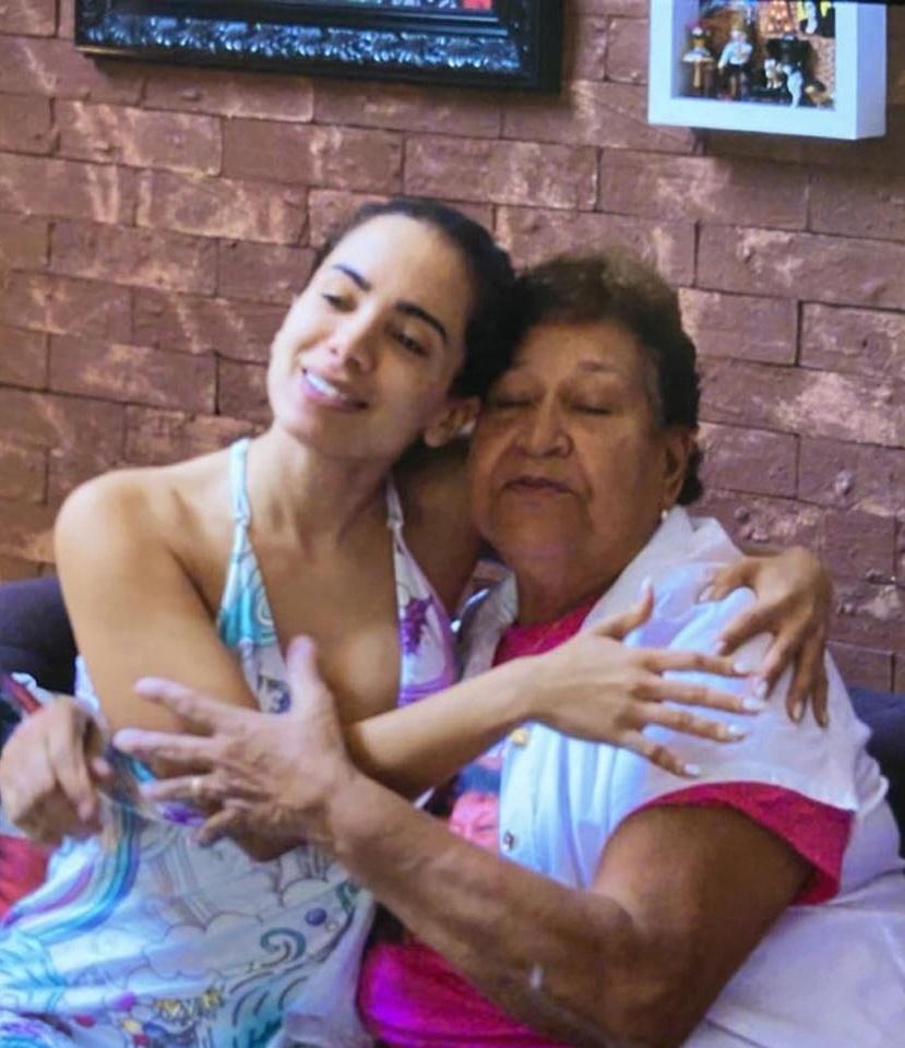 Anitta ao lado de fã idosa (Foto: Reprodução)